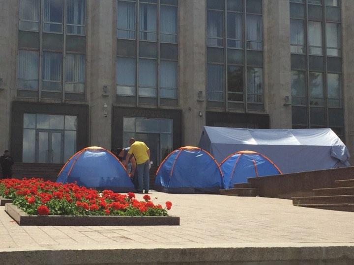 В ходе протестов демократы использовали палатки, принадлежащие ГИЧС