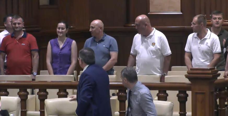 Депутаты аплодировали стоя полицейским, отправленным в отставку Пынзарем