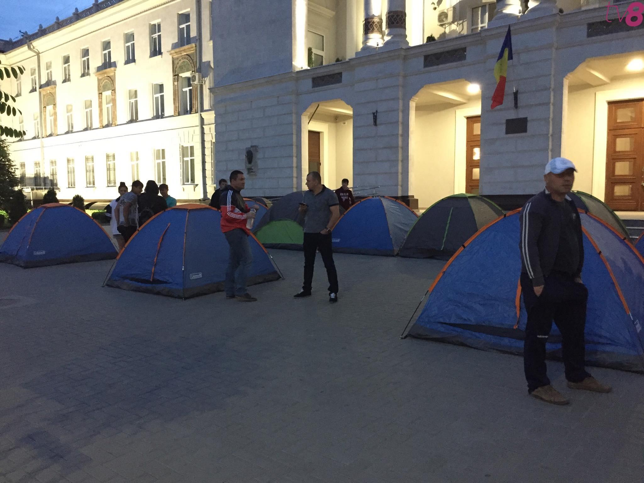 Десятки людей установили палатки перед Генеральной прокуратурой! Среди них был бы бывший депутат Цуцу