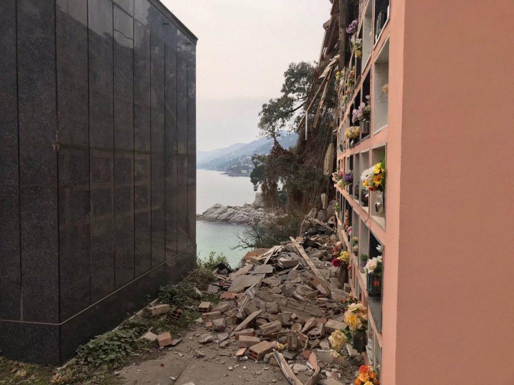 FOTO// Imagini dramatice în Italia! O alunecare de teren a dus în mare mai multe sicrie