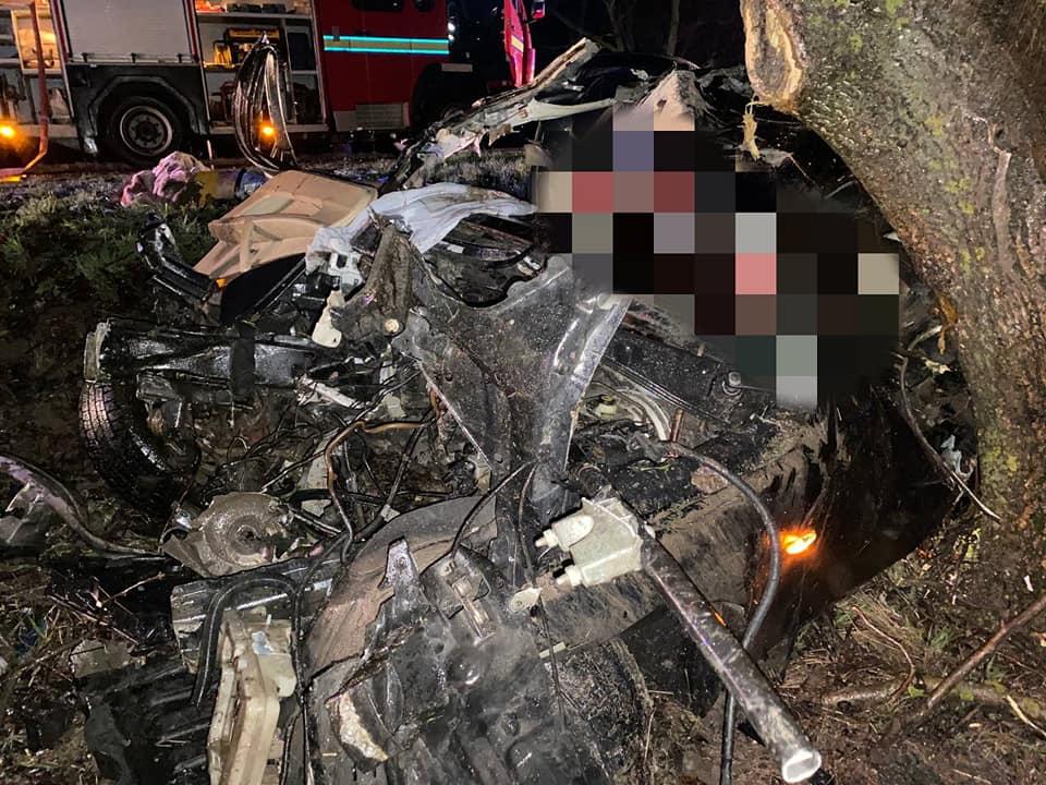 FOTO// Accident FATAL la Nisporeni: Doi minori de 16 ani au murit după ce mașina în care se aflau a ajuns într-un copac